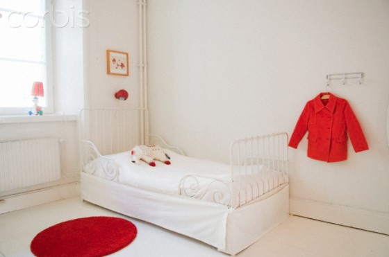 Childs bedroom in white and red